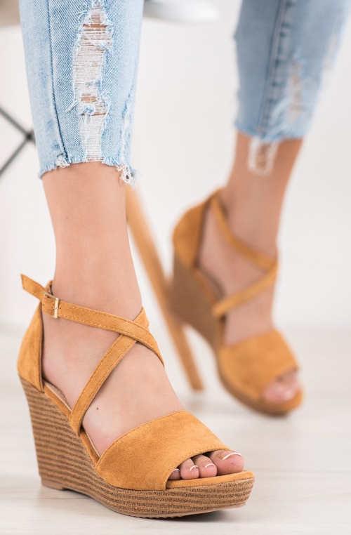 Lacné béžové elegantné sandále na vysokom kline