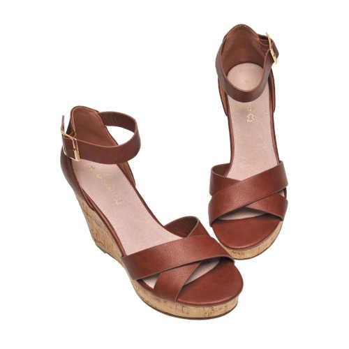 Moderné topánky s vysokým klinom